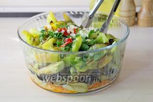 Выложить 1/2 зелени, чеснока и чили к овощам, осторожно перемешать.