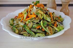 Выложить овощи на блюдо и присыпать оставшейся зеленью, чесноком и чили. Подавать сразу!!! Приятного аппетита!