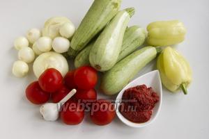 Подготовьте кабачки, сладкий перец, помидоры, томатную пасту, лук, чеснок.