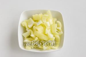 Сладкий перец промойте, почистите и нарежьте небольшими кусочками.
