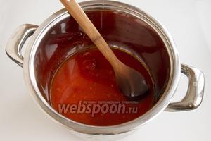 На дне большой кастрюли соедините воду, томатную пасту, растительное масло, соль и сахар. Доведите до кипения.