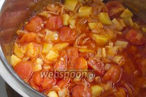 Теперь остаётся добавить помидоры, проварить ещё 10 минут. Влейте уксус, добавьте измельчённый чеснок. Проварите ещё 5 минут.