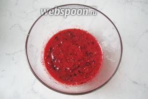 Хорошо взбить блендером ягоды с алычой.