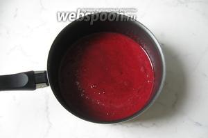 Налить в смесь ягод и алычи холодную воду.