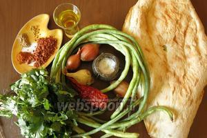 Ингредиенты: стручки вигны, шоти чёрствый (1/2), лук репчатый, чеснок, масло для жарки. Специи: перцы, аджика, пажитник, пастила.
