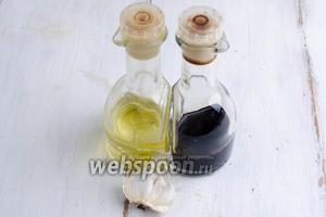 В первую очередь приготовить маринад. Для этого взять масло, бальзамический уксус, чеснок.