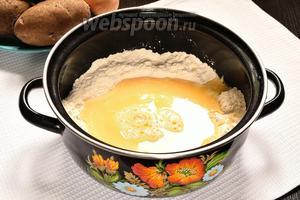 Яйца смешать с водой и солью. Вбить их в муку. Так как мука бывает разная, то муки может понадобиться и меньше. Сначала лучше взять 250 грамм муки, а остальное постепенно вмешать.