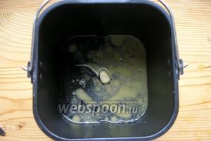 Сливочное масло размягчаем или вовсе растапливаем и добавляем в чашу хлебопечки.