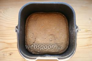 Выбираем программу (у меня режим «Основной», но если есть «Ржаной», выбирайте его), размер хлеба (большой) и цвет корочки. Включаем хлебопечку и ждём.