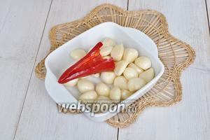 Чеснок почистим. У перца чили удалим семена и обрежем плодоножку.