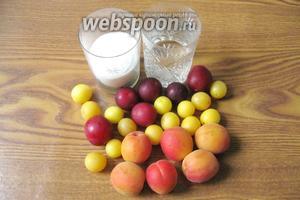 Для приготовления компота потребуются такие ингредиенты: алыча жёлтая и красная, абрикосы, сахар и вода.
