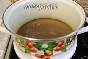 В последнюю заливку добавить соль, сахар, довести до кипения, отставить и налить уксус, вскипятить и сразу залить огурцы с переливом через край.