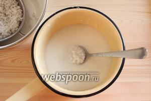 Через 30 минут сможем наблюдать, что вода стала похожа на молоко. Часть кокосовой стружки убираем. В эту смесь добавляем сахар и варим сироп.