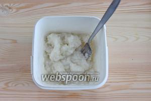 Когда кокосовый сироп остынет, переливаем его в удобную ёмкость и убираем в холодильник, в морозильную камеру, каждые 30 минут мороженое необходимо перемешивать.