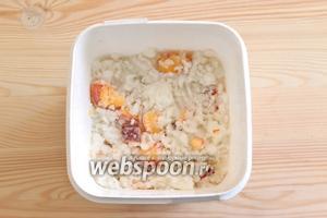 Кокосовое мороженое с кусочками персика готово, подаём охлаждённым.