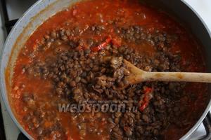 В томатный соус добавляем чечевицу, перемешиваем, тушим ещё 5 минут.