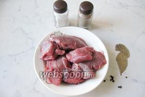 Для приготовления тушёнки потребуются следующие продукты: мякоть говядины, соль, лавровый лист, перец чёрный горошком и перец чёрный молотый.
