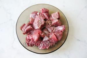 Мясо посолить и поперчить.