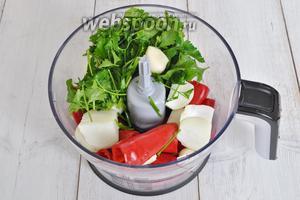 В чашу измельчителя поместить перец чили, чеснок, петрушку и лук.
