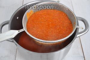 Протираем горячий соус через сито, чтобы получить более нежную, шелковистую текстуру. Добавляем соль и сахар, и увариваем ещё 15-20 минут. В конце добавляем винный уксус и держим на огне 2 минуты. Готово!