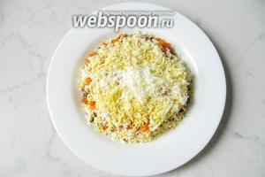 Яйца сварить вкрутую, охладить, очистить и размять вилкой, или натереть на тёрке. Выложить на слой моркови с майонезом.