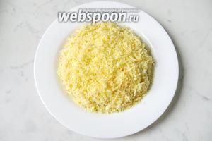 Твёрдый сыр, например «Российский» натереть на мелкой тёрке. Лучше взять сыр пожирнее, не сухой. Выложить сыром последний слой салата. Я салат не солила.  В сыре, майонезе и шпротах соли достаточно.