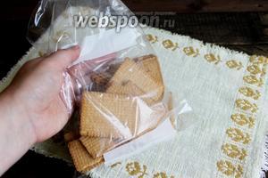 Пока шоколад остывает, подготовим печенье. Я его сложила в мешочек и прошлась скалкой по нему. Только не переусердствуйте, порошок не нужен, надо, чтобы были кусочки.