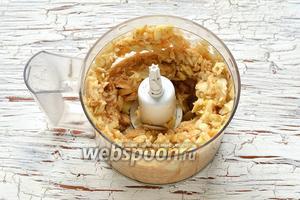 Яблоки очистить от кожицы и семенной камеры. Измельчить в кухонном комбайне (насадка металлический нож).