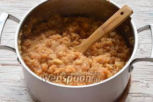 Уварить смесь яблок и кабачков, постоянно помешивая, до густого состояния (на это уйдёт приблизительно 45 минут).