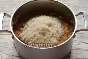 Добавить сахар и уваривать опять, постоянно помешивая, до густого состояния (приблизительно 30 минут).