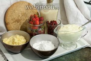 Подготовим все компоненты для нашего десерта: бисквитный корж (у нас Маргарита), ликёр, заварной крем, сахарную пудру, сливки, клубнику и землянику.