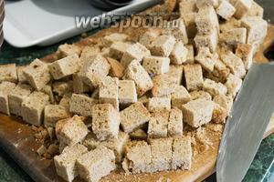 Порежем кубиком слегка зачерствевший бисквит, который был приготовлен 3-4 дня назад.