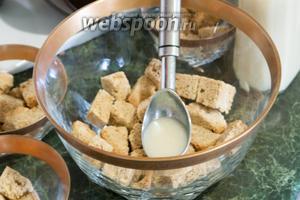 Поливаем кусочки бисквита молочно-апельсиновым ликёром.