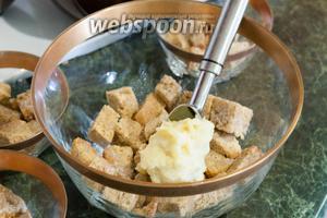 На пропитанный алкоголем бисквит укладываем слой заварного крема.
