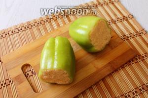 Заполняем перцы сырной начинкой, слегка утрамбовывая. Убираем в холодильник на 2-3 часа.