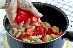 Добавить в сотейник сладкий перец, жарить 3 минуты.