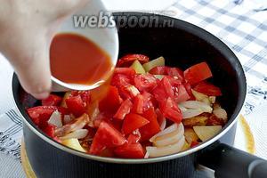 Добавить нарезанный картофель, слегка подрумянить его и только затем добавить рубленные помидоры. Томатную пасту развести водой, примерно 150 мл, добавить 1 чайную ложку сахара и влить эту жидкость в сотейник с овощами. Тушить под крышкой до мягкости картофеля.