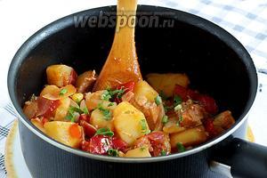 Вот так выглядит куриное филе с овощами в мексиканском стиле. Посыпать свежей зеленью и сразу подавать.