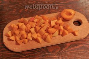 С абрикосов убираем всё лишнее: косточки, чёрные точечки, все изъяны (если есть). Нарезаем, если хотите.