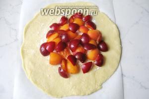 Выложить фрукты на тесто, отступая от края. Можно фрукты слегка посыпать сахаром.