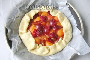 Переложить галету с пергаментом в форму для выпекания и поставить в духовку, разогретую до 170-175°С. Печь пирог 25-30 минут до румяной корочки.