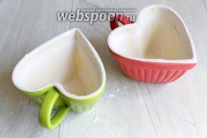 Подготовим формы. Смажем маслом. У меня такие, специальные для выпечки. Но можно взять и простые чашки.