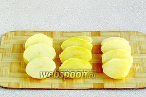 Нарезать картофель кружочками толщиной 1–1,5 см.