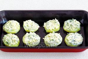 Нанести получившуюся смесь на кружочки картофеля и выложить их в форму, смазанную маслом.
