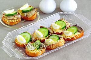 Бутерброды со шпротами, перепелиными яйцами, огурцом и сыром
