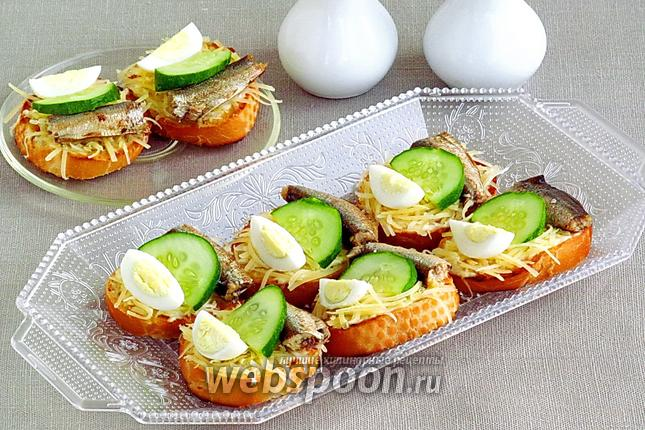 Фото Бутерброды со шпротами, перепелиными яйцами, огурцом и сыром