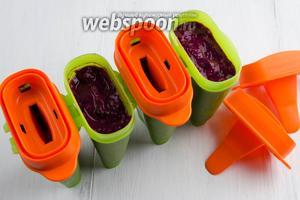 Заморозим фруктовую массу в качественной посуде. Разложить массу в формочки. Поставить в морозильную камеру на 3-4 часа.
