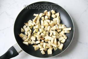 С баклажан стряхнуть воду, которая образуется после того, как мы их посыпали солью. Выложить на сковороду с подсолнечным маслом.