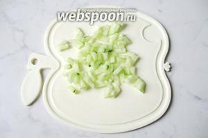 Огурцы помыть, почистить и мелко нарезать.