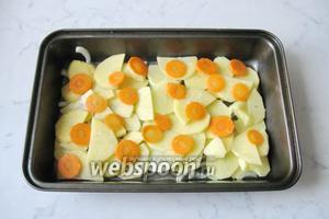 Картофель и морковь почистить, помыть и нарезать кружками. Проварить 10 минут в воде. Затем воду слить. Выложить картофель и морковь на лук, в форму для запекания. Овощи посолить и поперчить по вкусу.